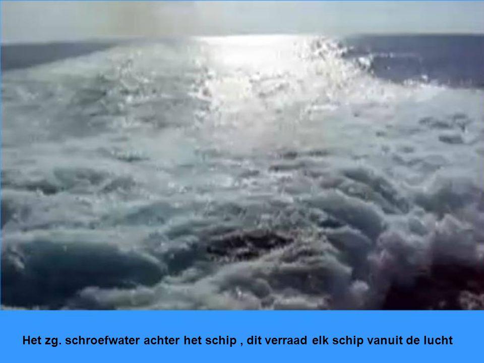 Het zg. schroefwater achter het schip , dit verraad elk schip vanuit de lucht