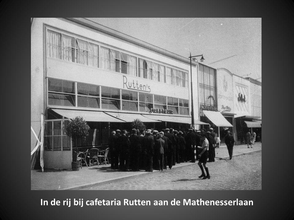 In de rij bij cafetaria Rutten aan de Mathenesserlaan