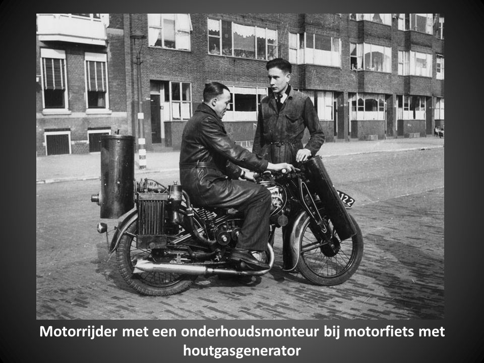 Motorrijder met een onderhoudsmonteur bij motorfiets met houtgasgenerator