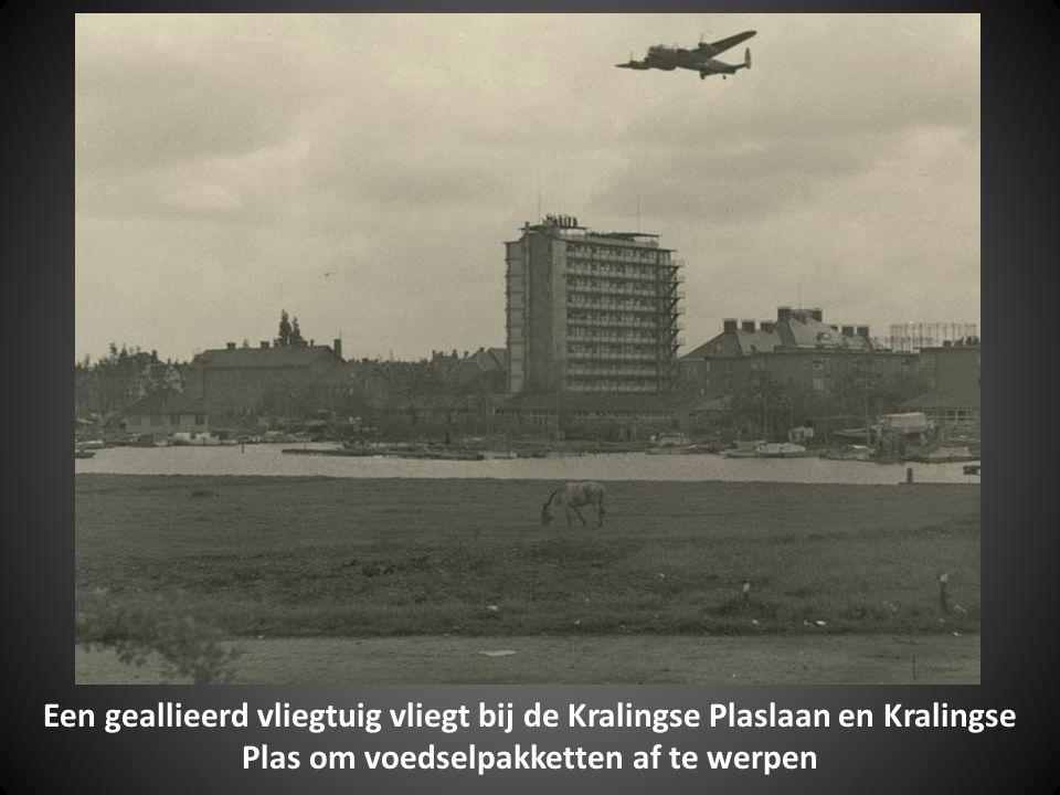 Een geallieerd vliegtuig vliegt bij de Kralingse Plaslaan en Kralingse Plas om voedselpakketten af te werpen
