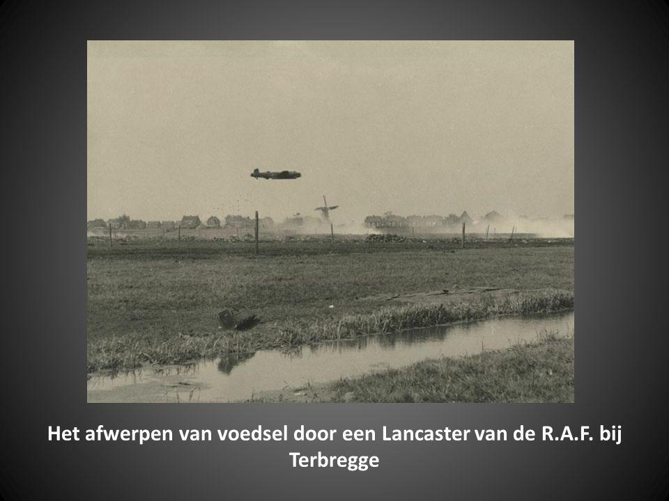 Het afwerpen van voedsel door een Lancaster van de R. A. F