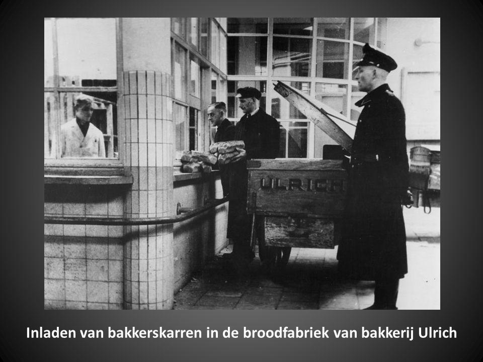 Inladen van bakkerskarren in de broodfabriek van bakkerij Ulrich