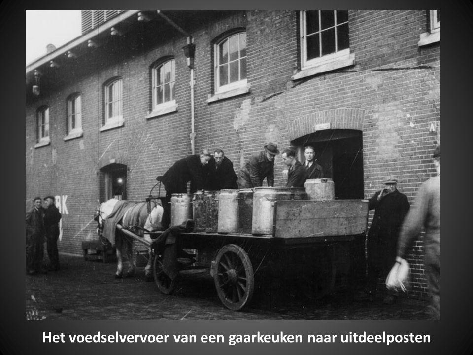 Het voedselvervoer van een gaarkeuken naar uitdeelposten