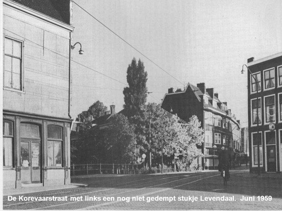 De Korevaarstraat met links een nog niet gedempt stukje Levendaal