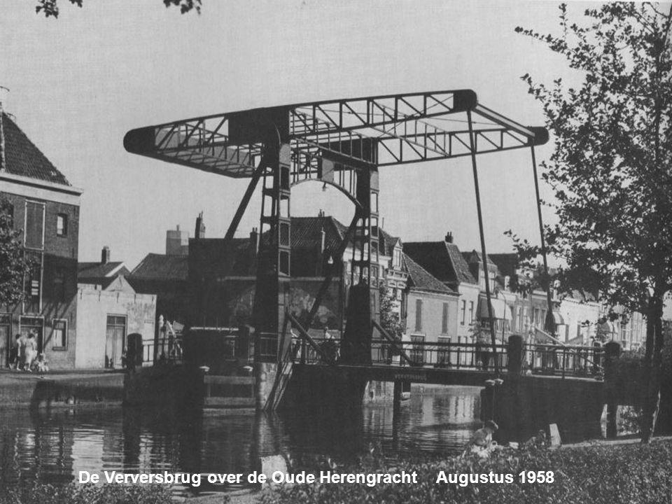 De Verversbrug over de Oude Herengracht Augustus 1958
