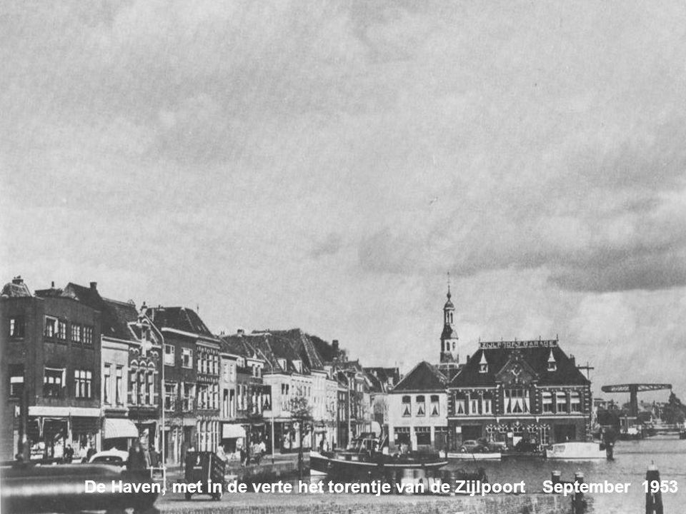 De Haven, met in de verte het torentje van de Zijlpoort September 1953