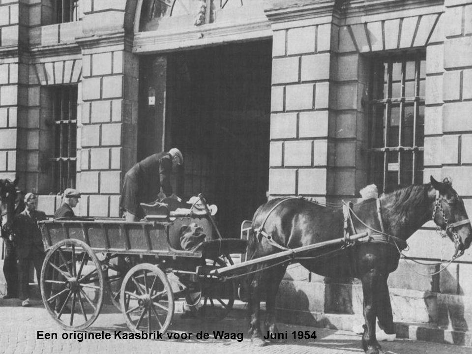 Een originele Kaasbrik voor de Waag Juni 1954