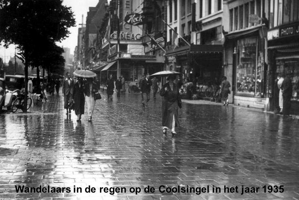 Wandelaars in de regen op de Coolsingel in het jaar 1935