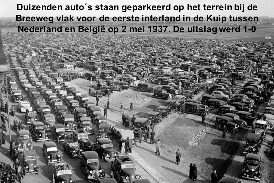 Duizenden auto´s staan geparkeerd op het terrein bij de Breeweg vlak voor de eerste interland in de Kuip tussen Nederland en België op 2 mei 1937.