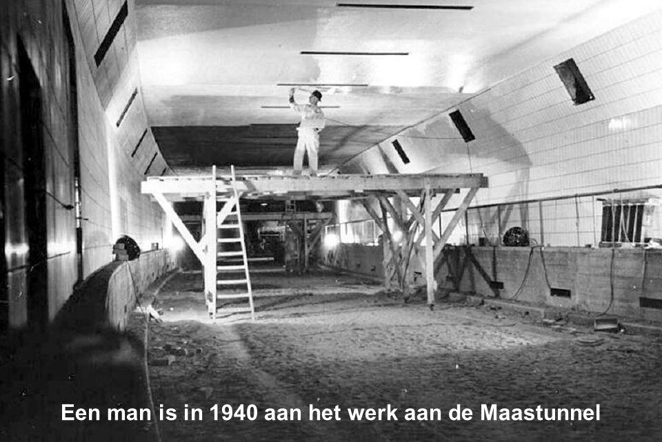 Een man is in 1940 aan het werk aan de Maastunnel