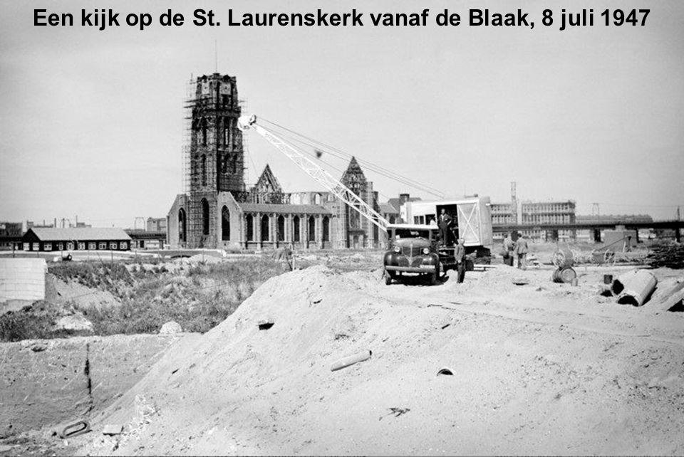 Een kijk op de St. Laurenskerk vanaf de Blaak, 8 juli 1947