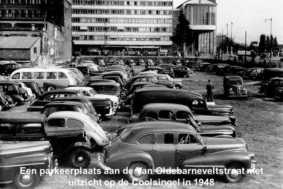 Een parkeerplaats aan de Van Oldebarneveltstraat met uitzicht op de Coolsingel in 1948