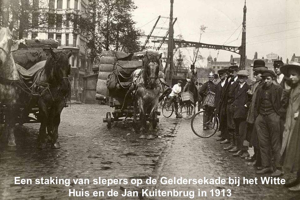 Een staking van slepers op de Geldersekade bij het Witte Huis en de Jan Kuitenbrug in 1913