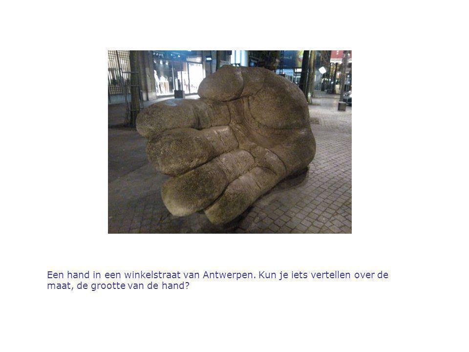 Een hand in een winkelstraat van Antwerpen