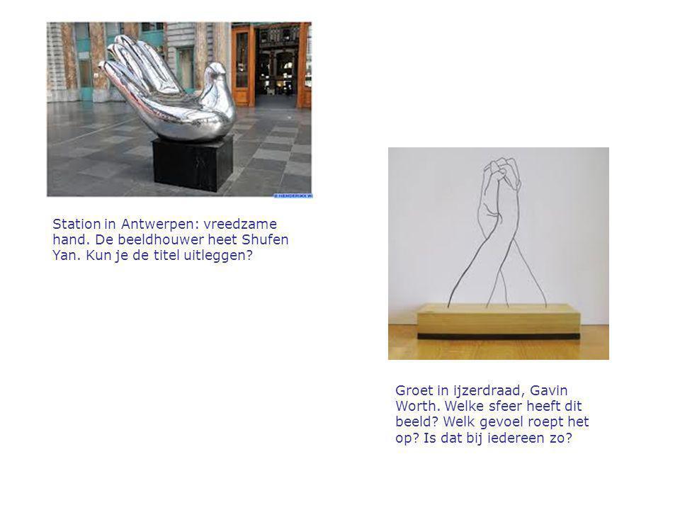 Station in Antwerpen: vreedzame hand. De beeldhouwer heet Shufen Yan