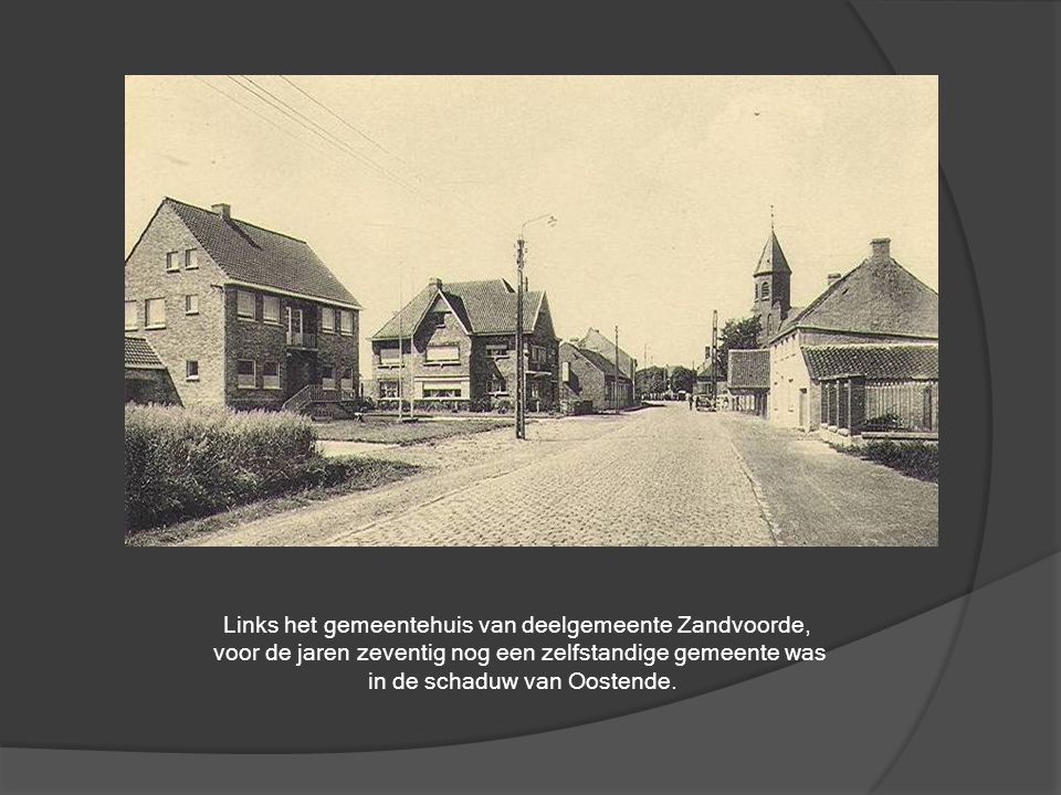 Links het gemeentehuis van deelgemeente Zandvoorde,