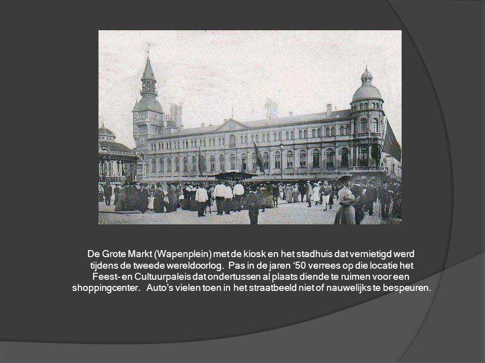 De Grote Markt (Wapenplein) met de kiosk en het stadhuis dat vernietigd werd
