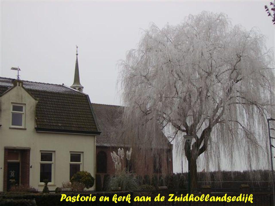 Pastorie en kerk aan de Zuidhollandsedijk