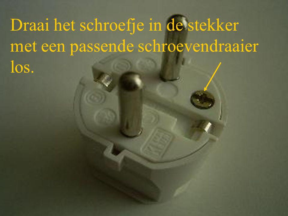 Draai het schroefje in de stekker met een passende schroevendraaier los.
