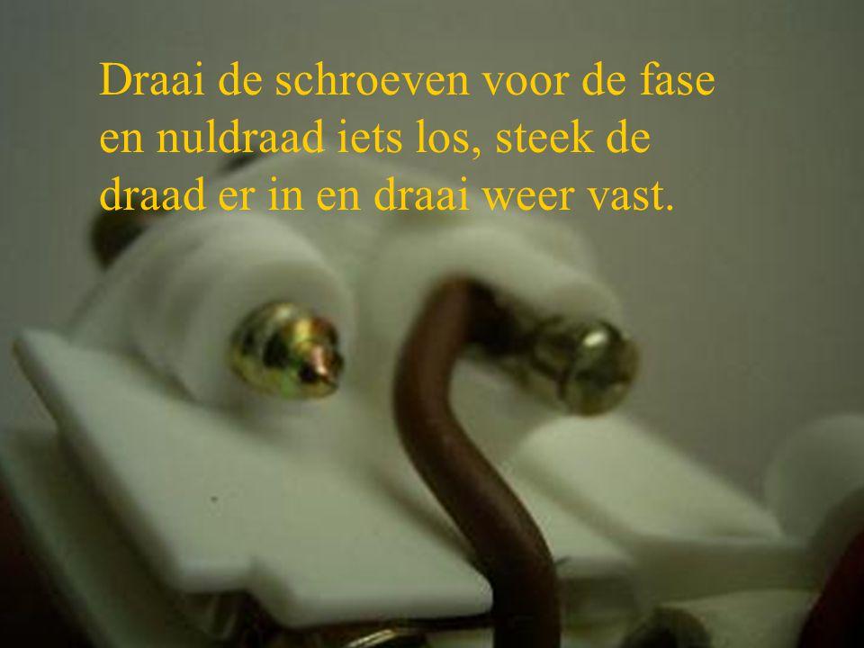Draai de schroeven voor de fase en nuldraad iets los, steek de draad er in en draai weer vast.