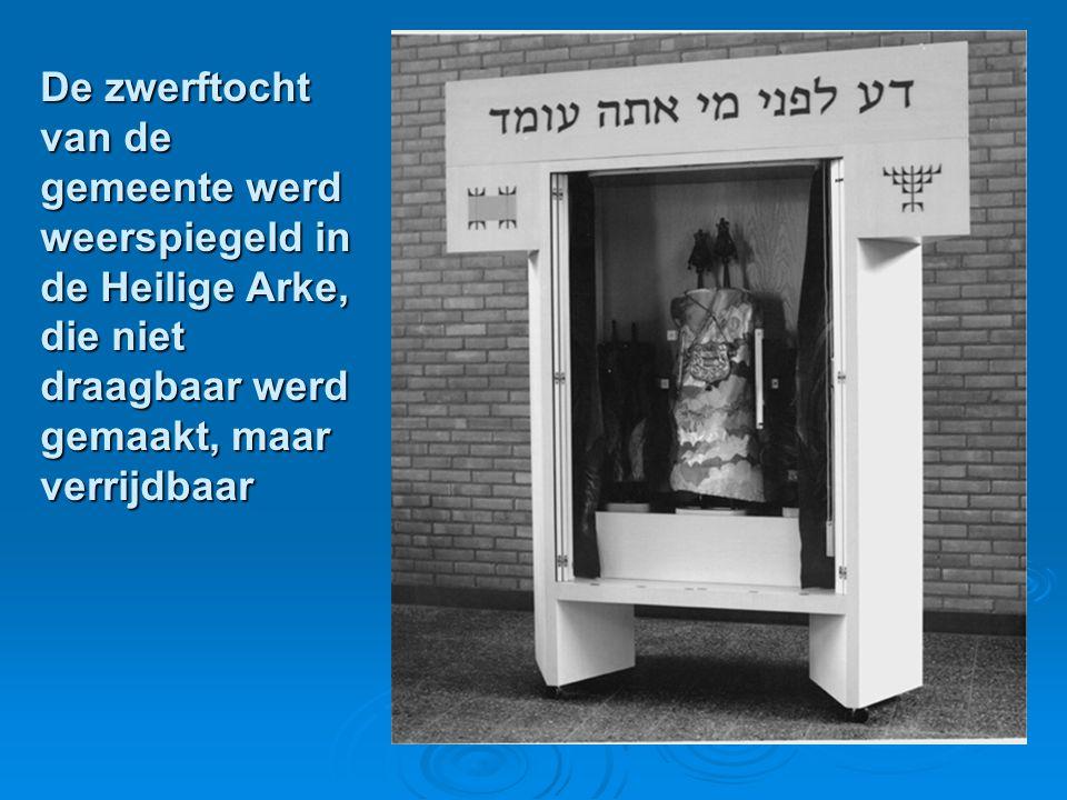 De zwerftocht van de gemeente werd weerspiegeld in de Heilige Arke, die niet draagbaar werd gemaakt, maar verrijdbaar