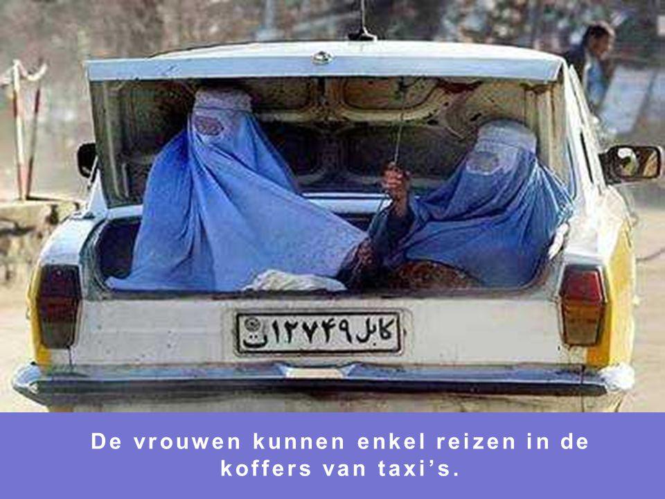 De vrouwen kunnen enkel reizen in de koffers van taxi's.