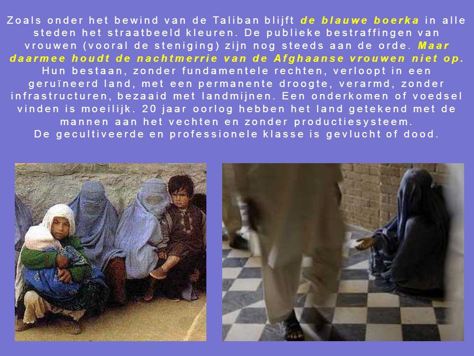 Zoals onder het bewind van de Taliban blijft de blauwe boerka in alle steden het straatbeeld kleuren.