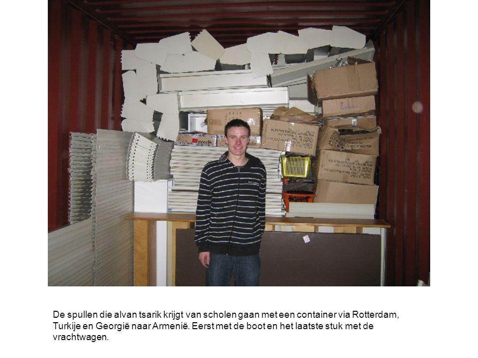 De spullen die alvan tsarik krijgt van scholen gaan met een container via Rotterdam, Turkije en Georgië naar Armenië.