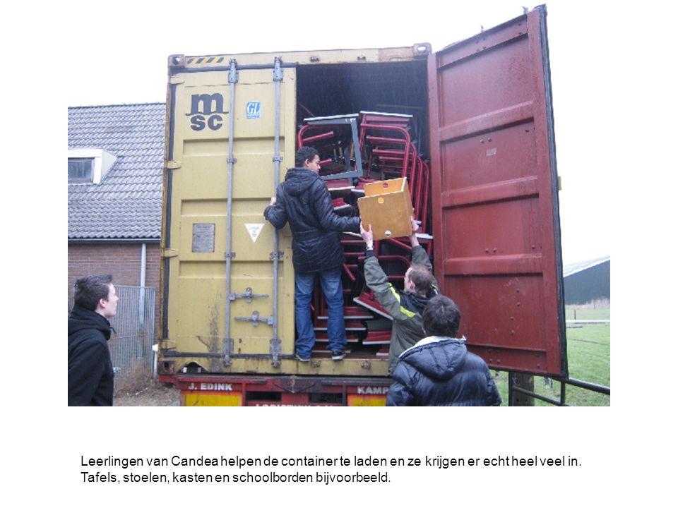 Leerlingen van Candea helpen de container te laden en ze krijgen er echt heel veel in.