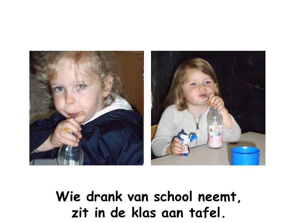 Wie drank van school neemt, zit in de klas aan tafel.