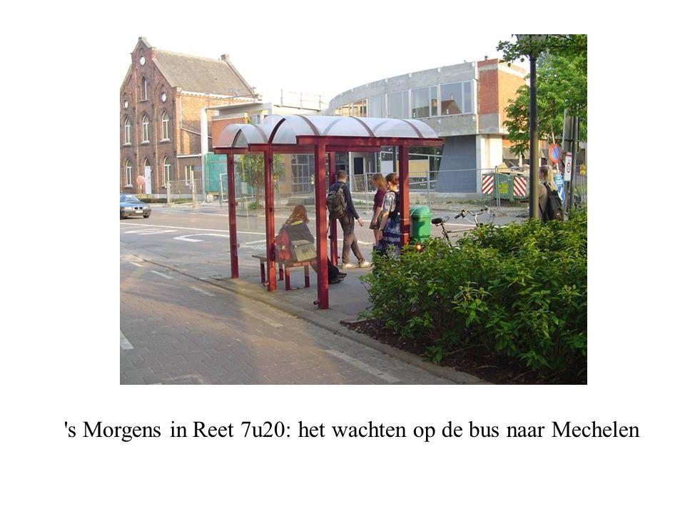 s Morgens in Reet 7u20: het wachten op de bus naar Mechelen