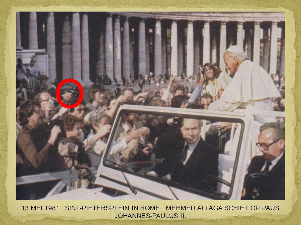 O 13 MEI 1981 : SINT-PIETERSPLEIN IN ROME : MEHMED ALI AGA SCHIET OP PAUS JOHANNES-PAULUS II.