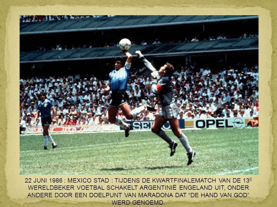 22 JUNI 1986 : MEXICO STAD : TIJDENS DE KWARTFINALEMATCH VAN DE 13E WERELDBEKER VOETBAL SCHAKELT ARGENTINIË ENGELAND UIT, ONDER ANDERE DOOR EEN DOELPUNT VAN MARADONA DAT DE HAND VAN GOD WERD GENOEMD.