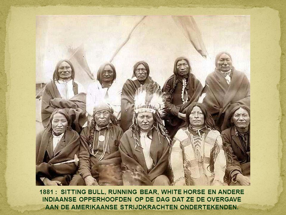 1881 : SITTING BULL, RUNNING BEAR, WHITE HORSE EN ANDERE INDIAANSE OPPERHOOFDEN OP DE DAG DAT ZE DE OVERGAVE AAN DE AMERIKAANSE STRIJDKRACHTEN ONDERTEKENDEN.