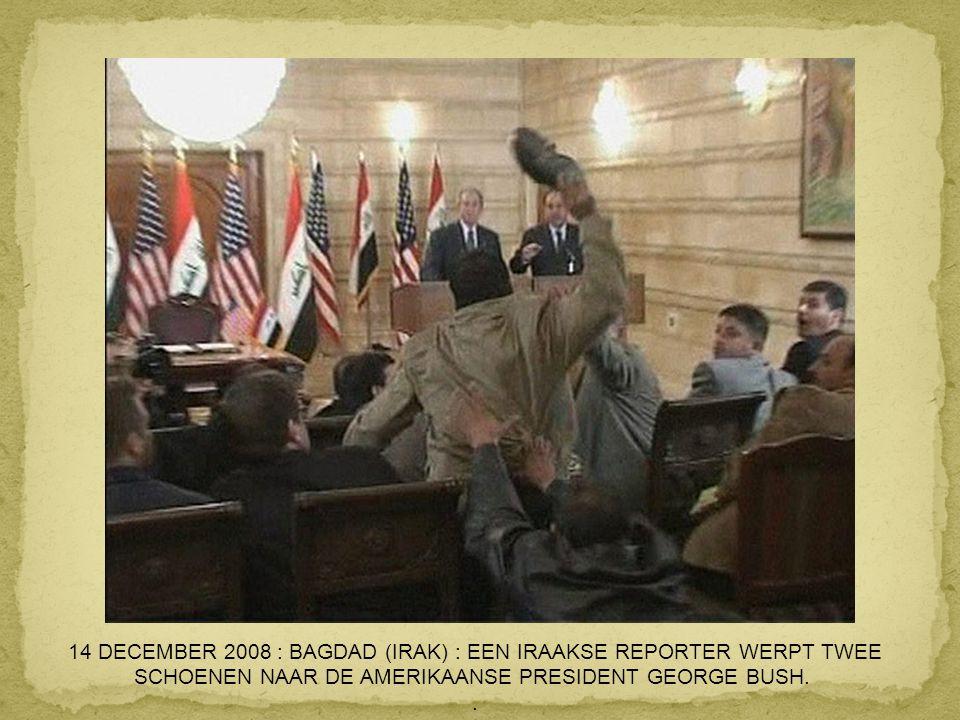 14 DECEMBER 2008 : BAGDAD (IRAK) : EEN IRAAKSE REPORTER WERPT TWEE