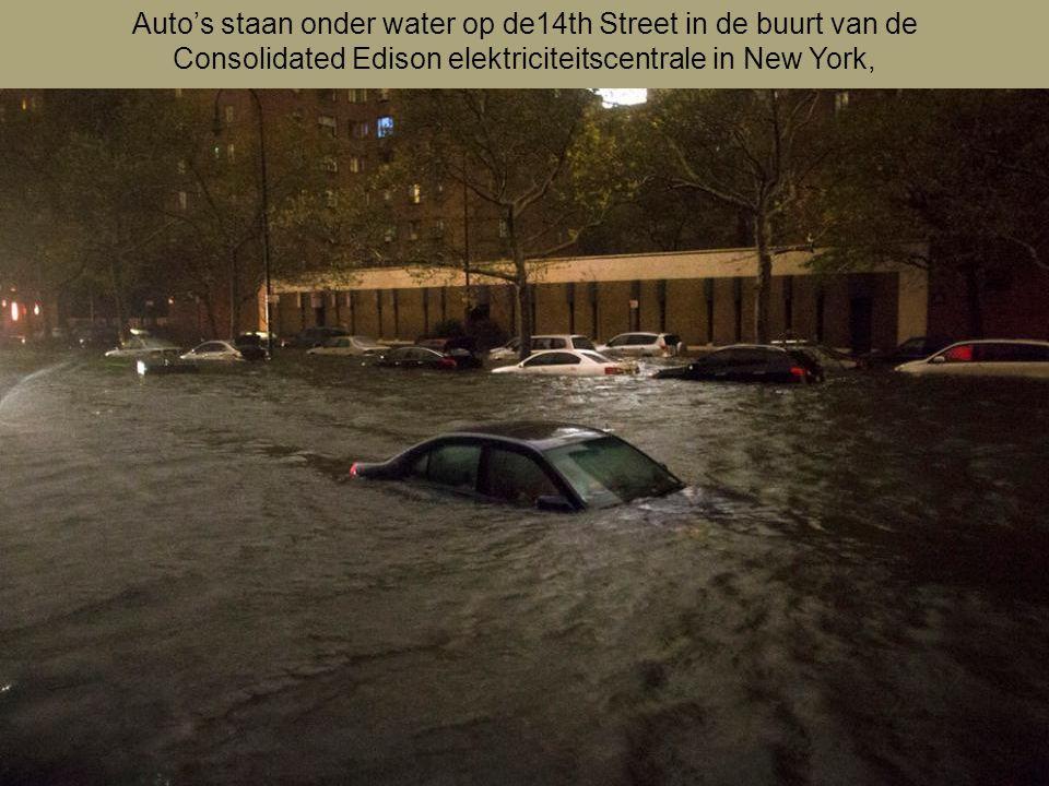 Auto's staan onder water op de14th Street in de buurt van de