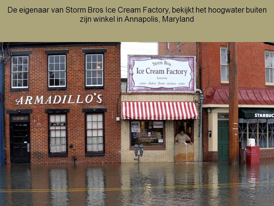 De eigenaar van Storm Bros Ice Cream Factory, bekijkt het hoogwater buiten zijn winkel in Annapolis, Maryland