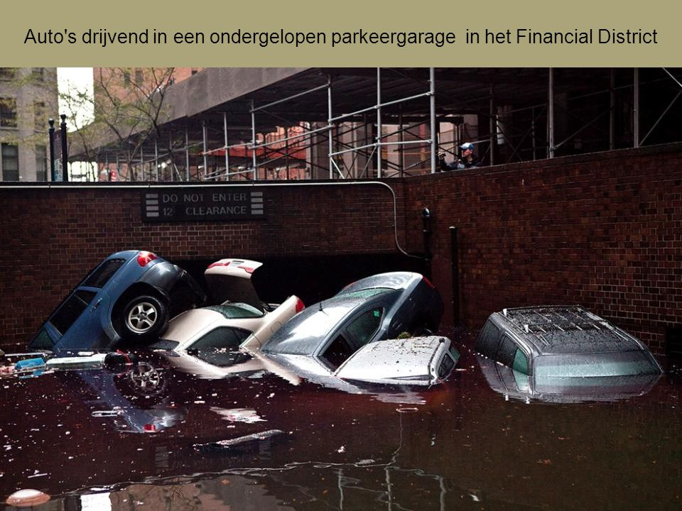 Auto s drijvend in een ondergelopen parkeergarage in het Financial District