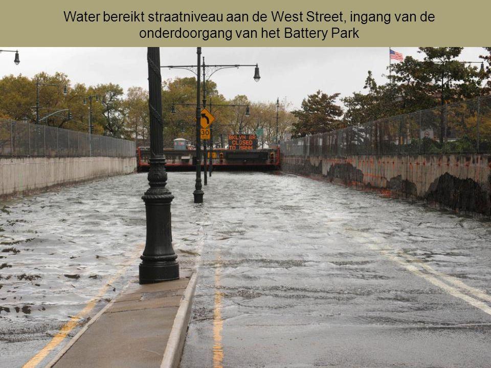 Water bereikt straatniveau aan de West Street, ingang van de onderdoorgang van het Battery Park