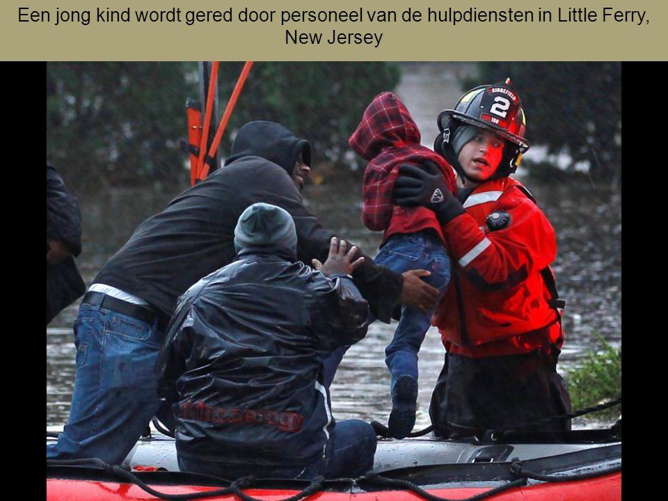 Een jong kind wordt gered door personeel van de hulpdiensten in Little Ferry, New Jersey