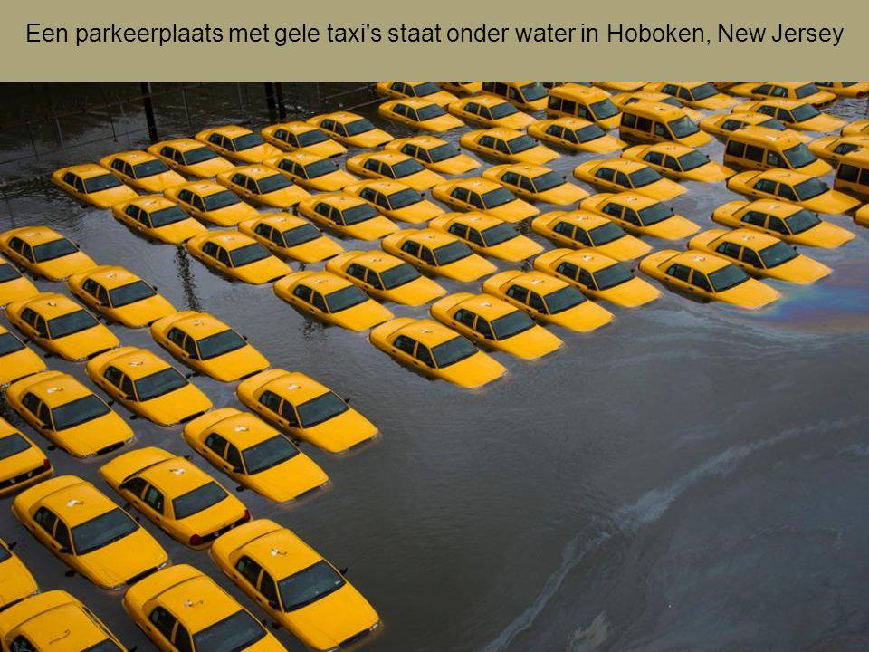 Een parkeerplaats met gele taxi s staat onder water in Hoboken, New Jersey