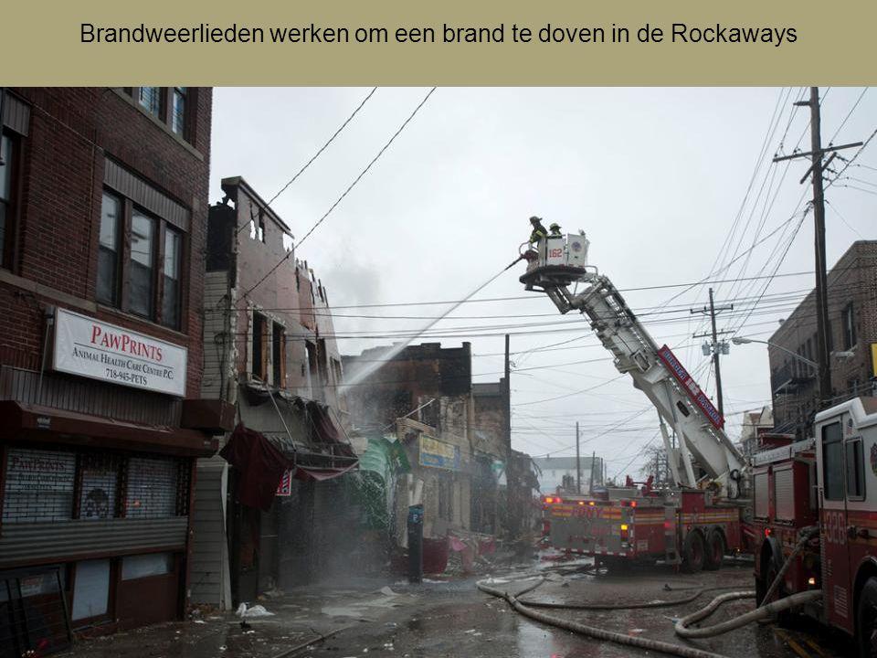 Brandweerlieden werken om een brand te doven in de Rockaways