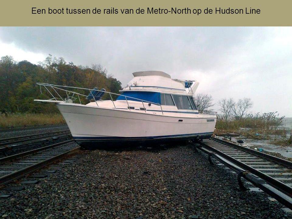 Een boot tussen de rails van de Metro-North op de Hudson Line
