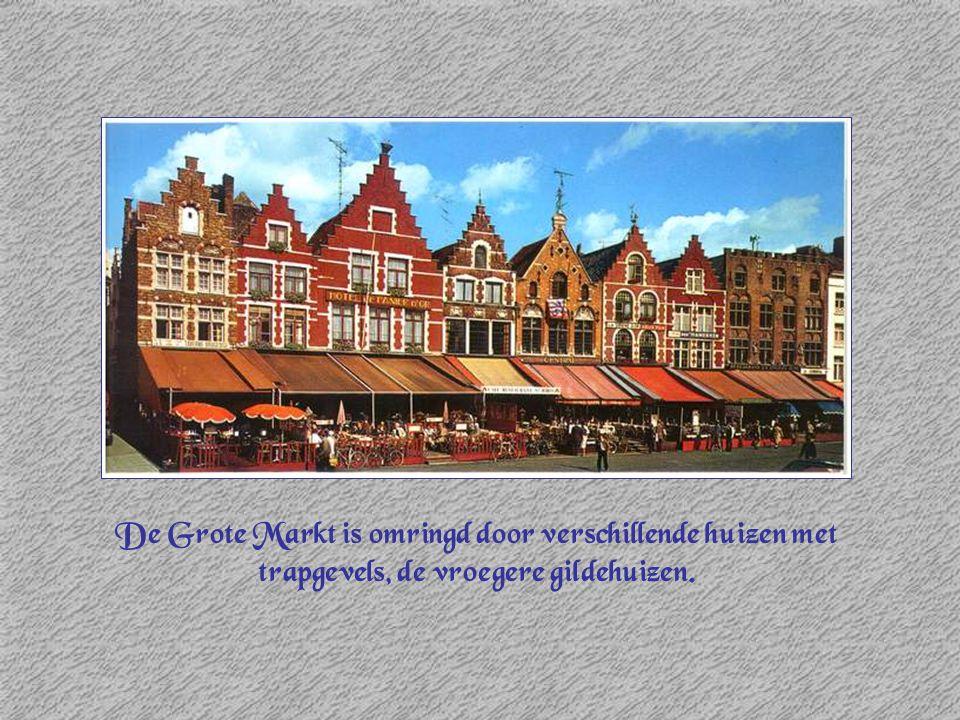 De Grote Markt is omringd door verschillende huizen met trapgevels, de vroegere gildehuizen.