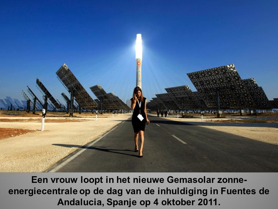 Een vrouw loopt in het nieuwe Gemasolar zonne-energiecentrale op de dag van de inhuldiging in Fuentes de Andalucia, Spanje op 4 oktober 2011.