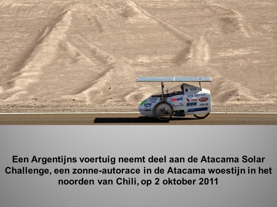 Een Argentijns voertuig neemt deel aan de Atacama Solar Challenge, een zonne-autorace in de Atacama woestijn in het noorden van Chili, op 2 oktober 2011