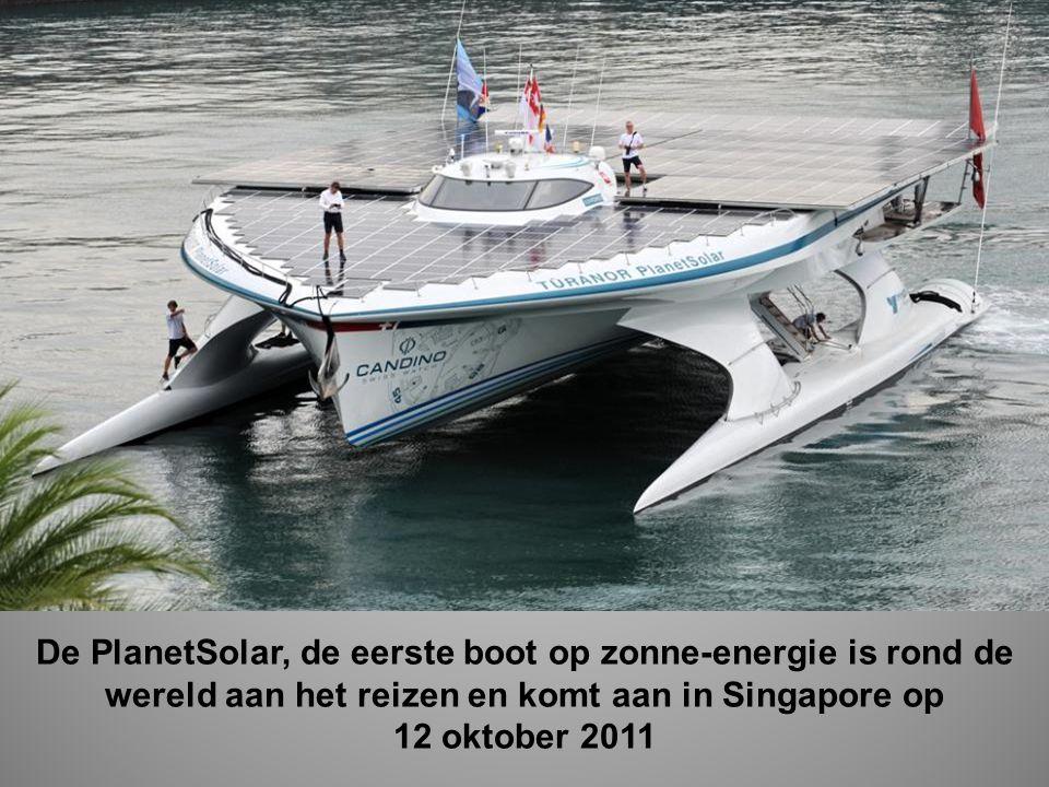 De PlanetSolar, de eerste boot op zonne-energie is rond de wereld aan het reizen en komt aan in Singapore op