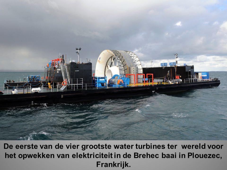 De eerste van de vier grootste water turbines ter wereld voor het opwekken van elektriciteit in de Brehec baai in Plouezec, Frankrijk.
