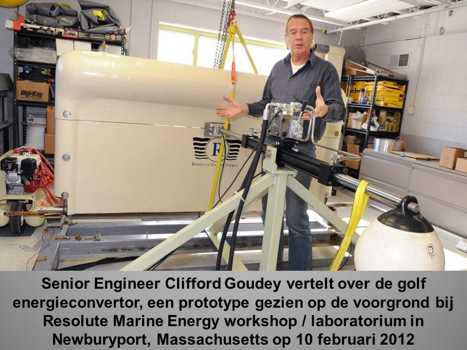 Senior Engineer Clifford Goudey vertelt over de golf energieconvertor, een prototype gezien op de voorgrond bij Resolute Marine Energy workshop / laboratorium in Newburyport, Massachusetts op 10 februari 2012
