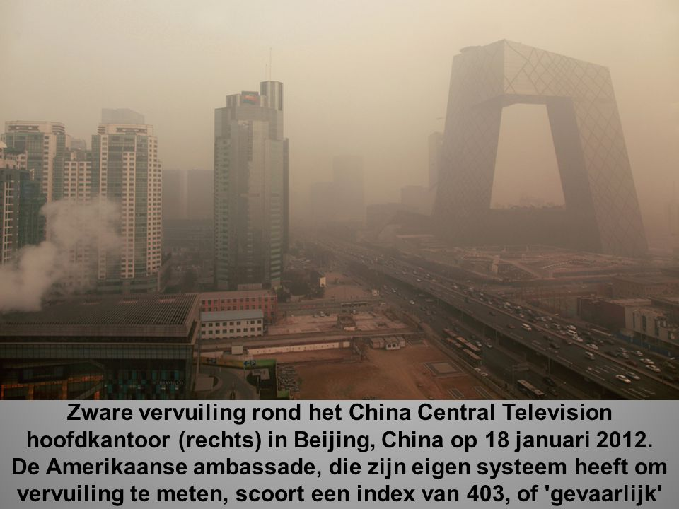 Zware vervuiling rond het China Central Television hoofdkantoor (rechts) in Beijing, China op 18 januari 2012.